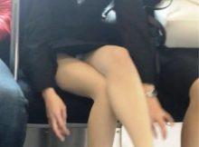 【電車内OL隠し撮り画像】タイトスカートの奥で見え隠れする下着が激エロ…電車内で勃起してしまうOLさんのパンチラ画像