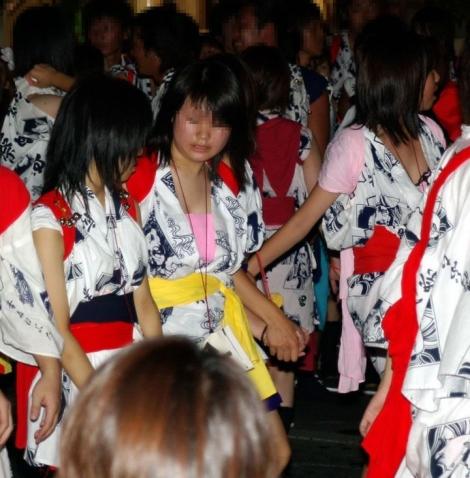 【お祭りハプニング画像】日本のお祭りも実は過激…はしゃぐ女の子たちのエッチなハプニングが期待できるお祭りエロ画像 その3