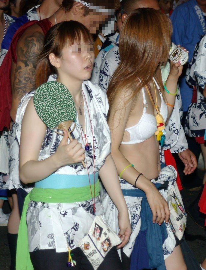 【お祭りハプニング画像】日本のお祭りも実は過激…はしゃぐ女の子たちのエッチなハプニングが期待できるお祭りエロ画像 その4