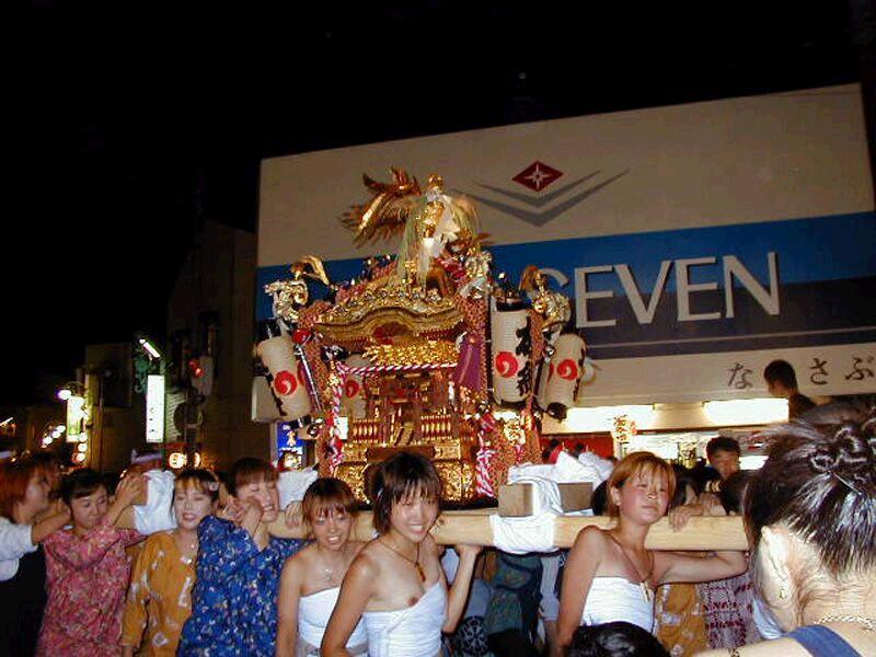 【お祭りハプニング画像】日本のお祭りも実は過激…はしゃぐ女の子たちのエッチなハプニングが期待できるお祭りエロ画像 その5