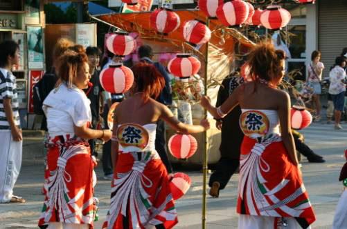 【お祭りハプニング画像】日本のお祭りも実は過激…はしゃぐ女の子たちのエッチなハプニングが期待できるお祭りエロ画像 その9