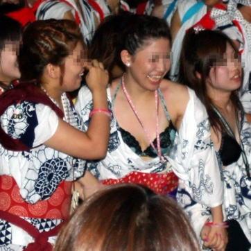 【お祭りハプニング画像】日本のお祭りも実は過激…はしゃぐ女の子たちのエッチなハプニングが期待できるお祭りエロ画像 その11