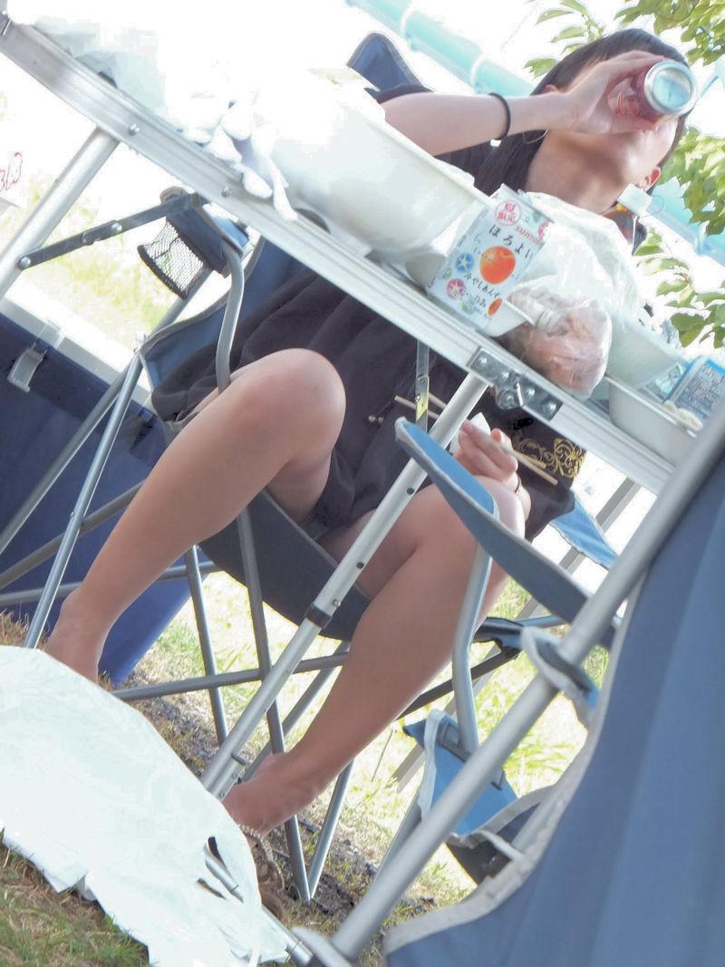 【パンチラエロ画像】こーいうパンチラアングルが興奮する…テーブルの下でまる見えの下半身!足癖悪い女の子のパンチラ画像 その2