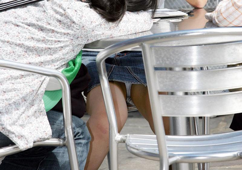 【パンチラエロ画像】こーいうパンチラアングルが興奮する…テーブルの下でまる見えの下半身!足癖悪い女の子のパンチラ画像 その15