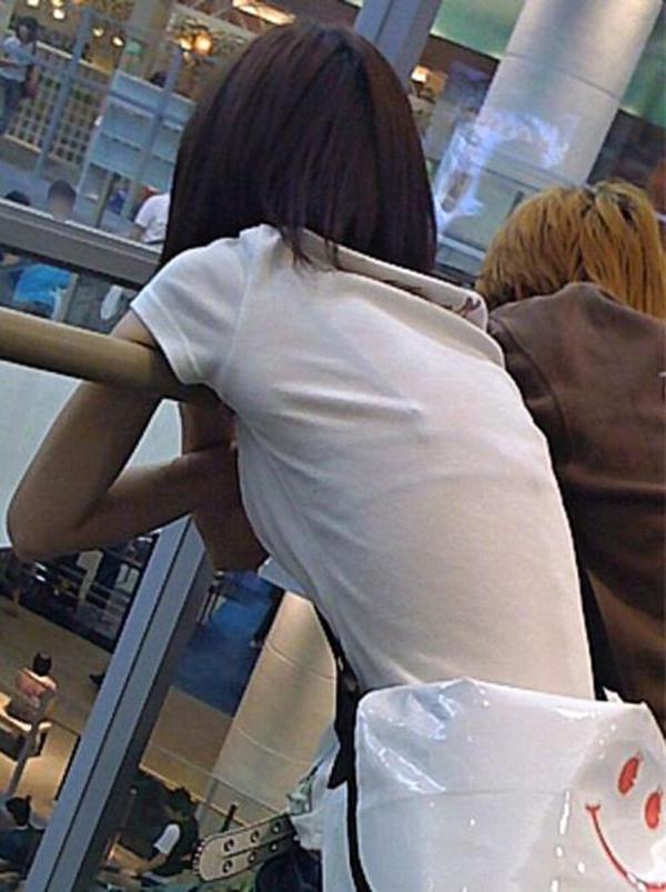 【透けブラエロ画像】薄い衣服で下着が透け透け!!ゾクゾクするほど興奮してしまう一般女性の透けブラ画像 その6