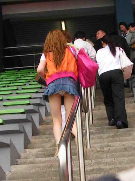 【パンチラ画像】うわぁ…パンツまる見え!!最近の女の子はお股ゆるゆる…プライベートな下着がリアルなパンチラ盗撮画像 その3