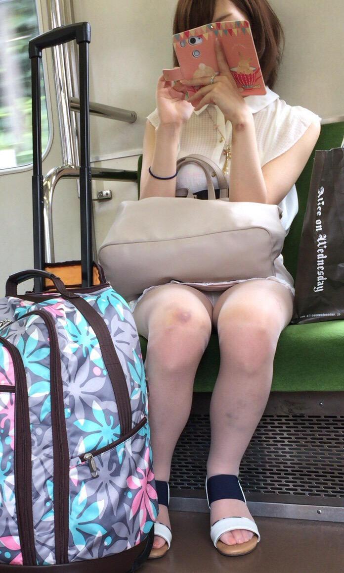 【パンチラ画像】うわぁ…パンツまる見え!!最近の女の子はお股ゆるゆる…プライベートな下着がリアルなパンチラ盗撮画像 その5