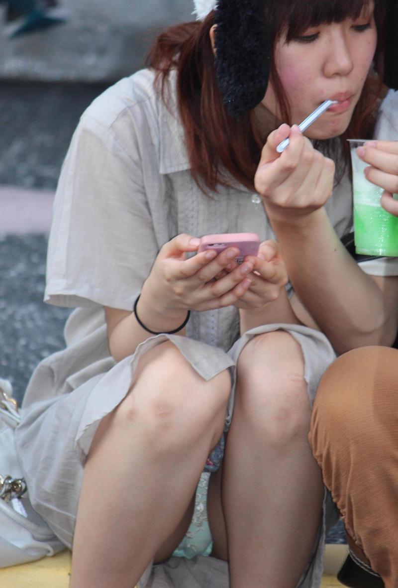 【パンチラ画像】うわぁ…パンツまる見え!!最近の女の子はお股ゆるゆる…プライベートな下着がリアルなパンチラ盗撮画像 その12
