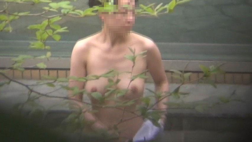 【露天風呂エロ画像】昼間っから優雅にスーパー銭湯でのんびりする女の子は無防備な裸体を撮られて当然!? その10