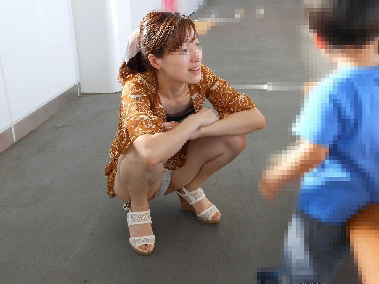 【子連れママパンチラ】近所の奥さんのパンチラって思うとめっちゃ興奮する!!子連れママさんの卑猥な股間がまる見えパンチラ画像 その1