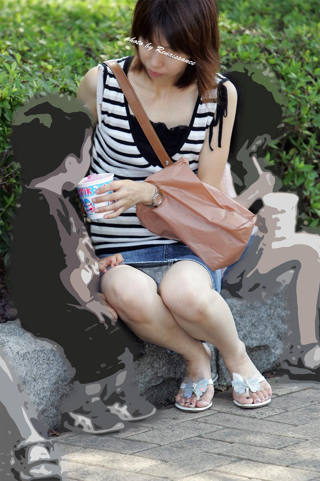 【子連れママパンチラ】近所の奥さんのパンチラって思うとめっちゃ興奮する!!子連れママさんの卑猥な股間がまる見えパンチラ画像 その2