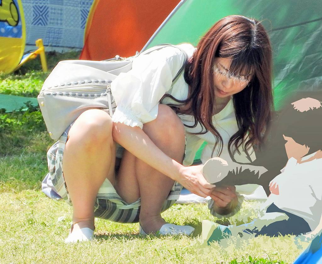 【子連れママパンチラ】近所の奥さんのパンチラって思うとめっちゃ興奮する!!子連れママさんの卑猥な股間がまる見えパンチラ画像 その5