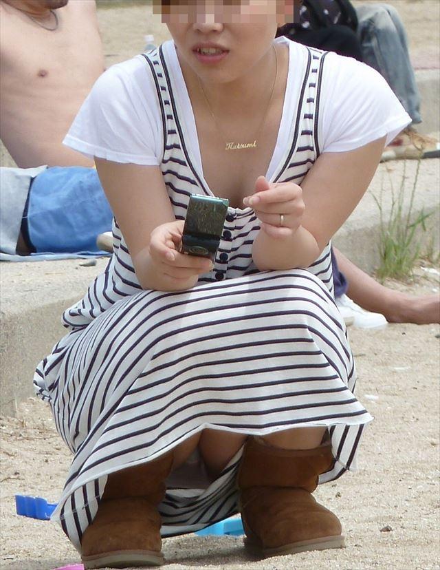 【子連れママパンチラ】近所の奥さんのパンチラって思うとめっちゃ興奮する!!子連れママさんの卑猥な股間がまる見えパンチラ画像 その8