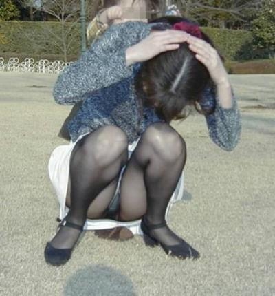 【子連れママパンチラ】近所の奥さんのパンチラって思うとめっちゃ興奮する!!子連れママさんの卑猥な股間がまる見えパンチラ画像 その10