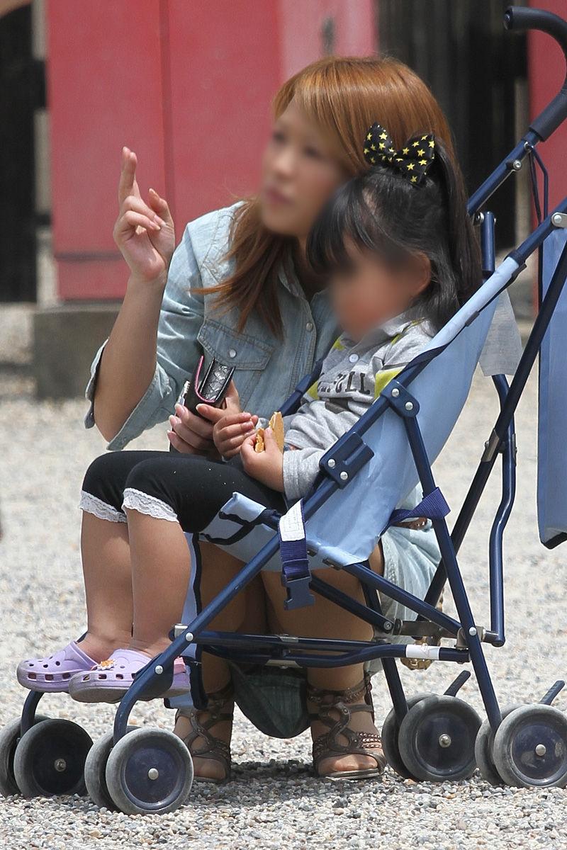【子連れママパンチラ】近所の奥さんのパンチラって思うとめっちゃ興奮する!!子連れママさんの卑猥な股間がまる見えパンチラ画像 その12