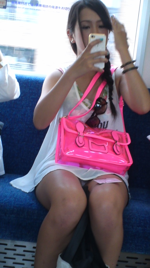 【電車内パンチラ画像】キワドいデルタゾーンから目が離せない…電車内で無防備な下半身を晒してしまった女の子のパンチラ画像 その10