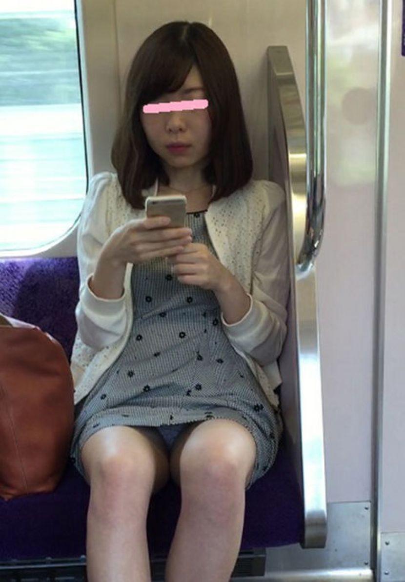 【電車内パンチラ画像】キワドいデルタゾーンから目が離せない…電車内で無防備な下半身を晒してしまった女の子のパンチラ画像 その12