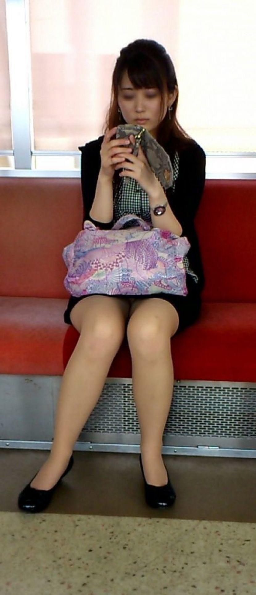 【電車内パンチラ画像】キワドいデルタゾーンから目が離せない…電車内で無防備な下半身を晒してしまった女の子のパンチラ画像 その15