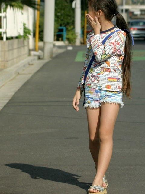 【街撮り画像】こういう女の子に欲情したらアウト…成長途中の幼い身体つきがガチで子供!?ロリコン判定に使えそうな街撮り画像 その5
