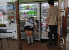 ガン見不可避!!女の子が前屈み…必然的にパンチラ見放題!?自販機の前で撮られたパンチラ画像