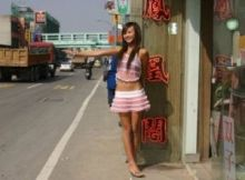 マン毛も見えちゃうほど過激な格好なのに…意外と可愛い女の子も多い台湾のビンロウ売り画像
