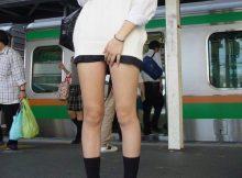 女子高生のキワドい下半身がぐぅシコ…むっちり太ももがちょーそそる街撮りエロ画像