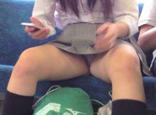 """<span class=""""title"""">普通にパンチラしてる女子高生も多い…電車内で撮られた成長期の下半身がエロすぎるパンチラ画像</span>"""