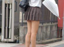 """<span class=""""title"""">ミニスカから剥き出しになった女子高生の魅力的な美脚!むっちり美味しそうな太ももがエロい街撮り画像</span>"""