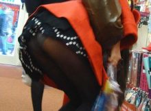 """<span class=""""title"""">スカートが短すぎるから簡単にパンチラしちゃう…女の子のスケベな日常!?街撮りされたパンチラ画像</span>"""